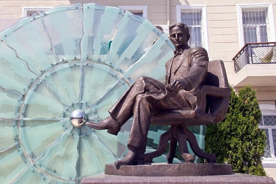 Nikola_Teslanın_heykəli_(Bakı)
